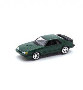 1985 Ford Mustang SVO kovový model Auto World – M 1:64 (AW64021-5A)