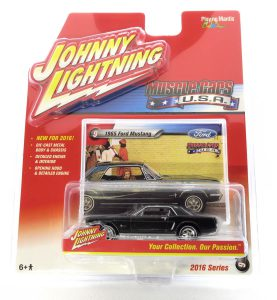 1965 Ford Mustang kovový model Johnny Lightning – M 1:64 (JLMC002-9A)